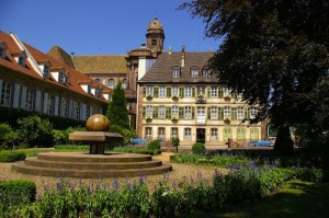 Vue du Musée Théodore Deck et des Pays du Florvial du jardin