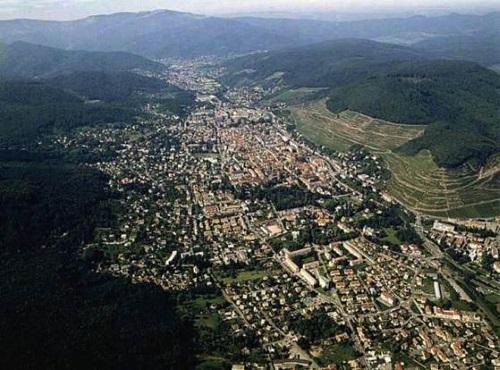 Guebwiller en vue aérienne : encaisée dans la vallée, au pied du Grand Ballon et sur la route des Vins d'Alsace