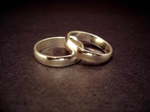 Les alliances, symboles de l'union par le mariage. Pour partager votre anniversaire de mariage avec la Municipalité, inscrivez-vous en mairie de Guebwiller