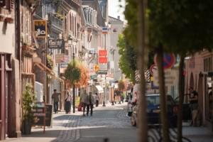 Vue de la rue de la République du haut de la Ville de Guebwiller en direction du centre : dorénavent, la circulation se fera en dans le sens montant.